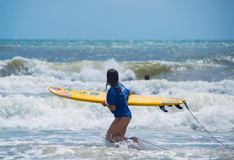 Aprenda a surfar nas férias