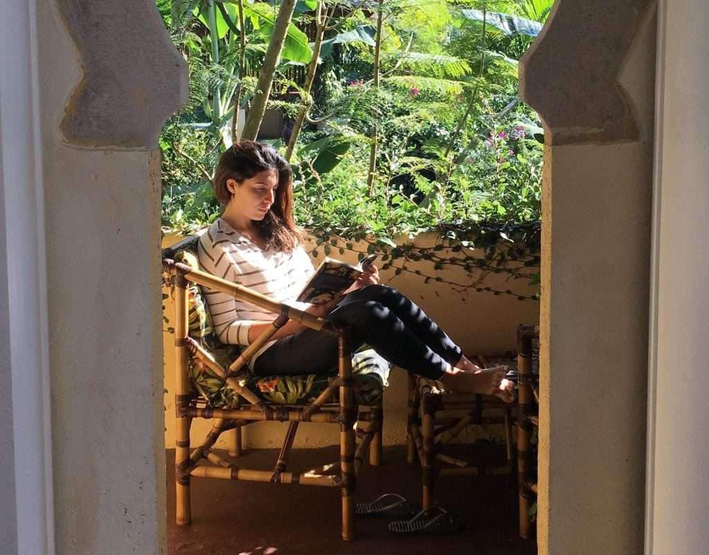 Lendo o livro na varanda